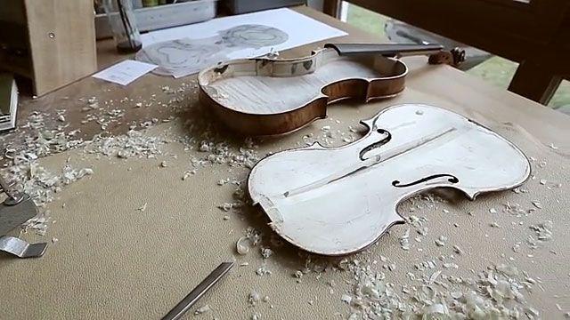 (Deutscher Film) Meisteratelier Geigenbauer Martin Schleske kennt die Gesetze der Akustik und die Beschaffenheit des Holzes. Er weiß, dass ein Baum, auf kargem Boden und langsam gewachsen, das beste Klangholz hergibt. Und wie man dieses Holz bearbeiten muss, wenn der Faserverlauf nicht optimal ist. Viele Stationen im Werdegang eines Instruments sind für ihn Gleichnisse für die Entwicklung eines Menschen...