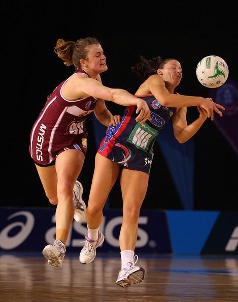 Kight (Mystics) challenges Browne (Vixens), ANZ Champs minor final 2012 #netball