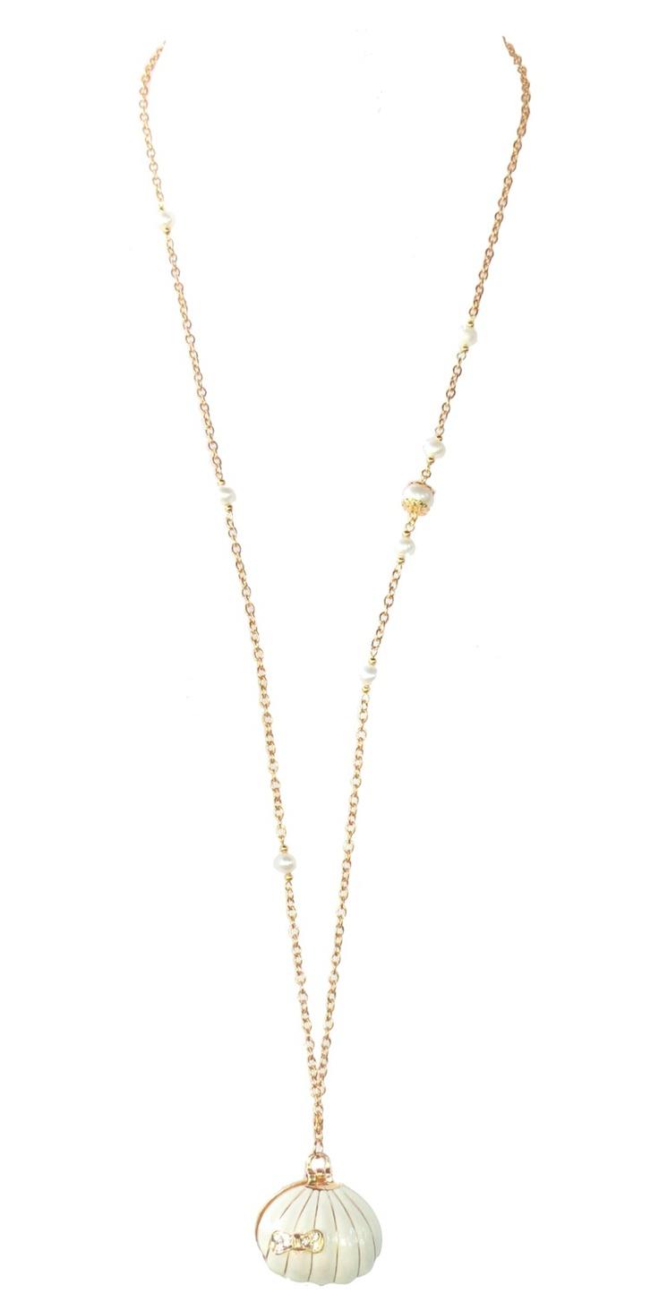 Ce sautoir raffiné est plaqué or avec des perles naturelles.