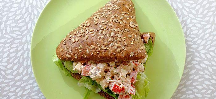 Met dit recept van La Place maak je zelf het lekkerste broodje tonijnsalade. Super makkelijk om te doen en heel erg lekker, probeer maar eens.