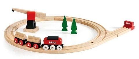 Idée Cadeau inspirée par les clients de Ludiloo : Le circuit de train Brio - Transport de bois.   Un circuit classique tout en bois sur le thème du transport du bois, avec grue magnétique !