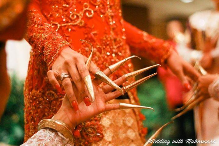 Kuku-kuku panjang penari  Sembah Sigeh Penguten atau tari penyambut tamu terbuat dari emas atau tembaga.