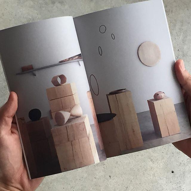 小山剛  作品集「33の木々」 本日より、ようやくの発売となります。 ・ 年始に個展を開催した木工作家・小山剛の初めての作品集を製作しました。 ・ 思い返せば、一点ものの作品のみで臨んだ力作揃いの展示でした。 これは作品集にまとめなければと展示中に話し合い、それから半年かかって本の形になりました。 素晴らしい作品を届けてくれた小山さん、本という形にしてくれたsmbetsmb新保さんご夫妻に感謝します。 ・ 限定500部。 店頭、郵送でのお渡しに対応いたしますので、ダイレクトメール、Email、お電話にてご連絡下さい。 たくさんの方に手にとって頂けますと嬉しいです。 -------------------------- A5並製本(箱入) 73ページ 500部限定 2,000円(税込)+送料 ー 作品・言葉 @goukoyama  デザイン: @smbetsmb @m_smb  写真・言葉: @cite_hiroshima  ーーーーーーーーーーーー - 箱の中のひかり- やわらかな光をうけるその箱は、未知なる自然の輪郭を描き  うちなる空間の拡がりをぼんやりと象づくる。 ・…