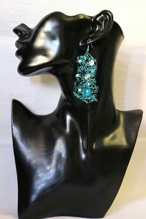 Gioie in Wire.  Orecchini di rame color turchese decorati con pietra arenaria blu,  giada bianca e perle di vetro