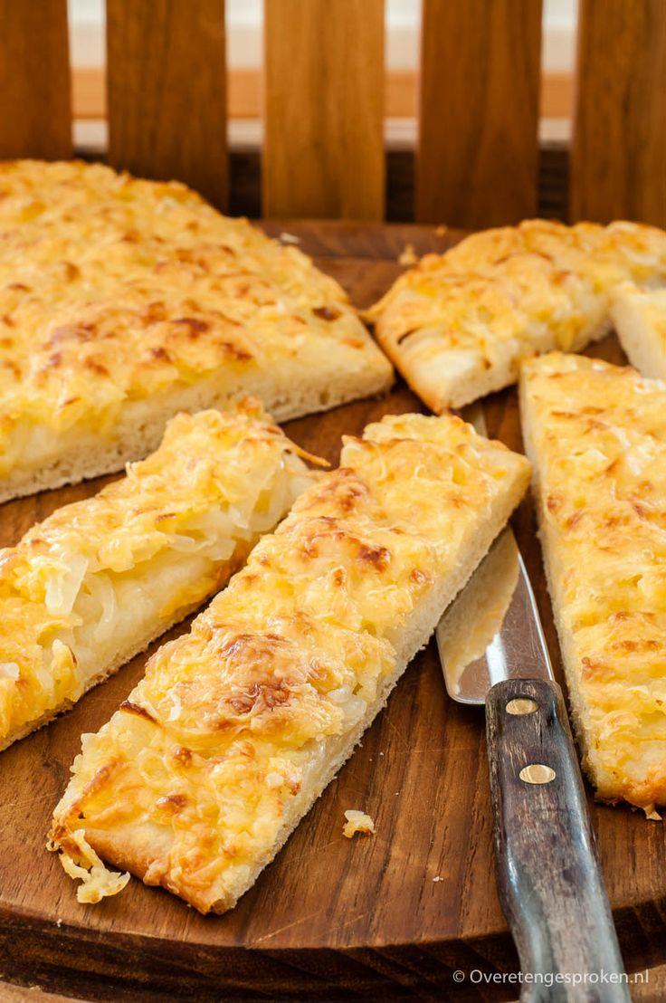 Uienkruier of kaas-uienstok - Zacht, licht zoetig witbrood afgebakken met een stevige laag uien en kaas.