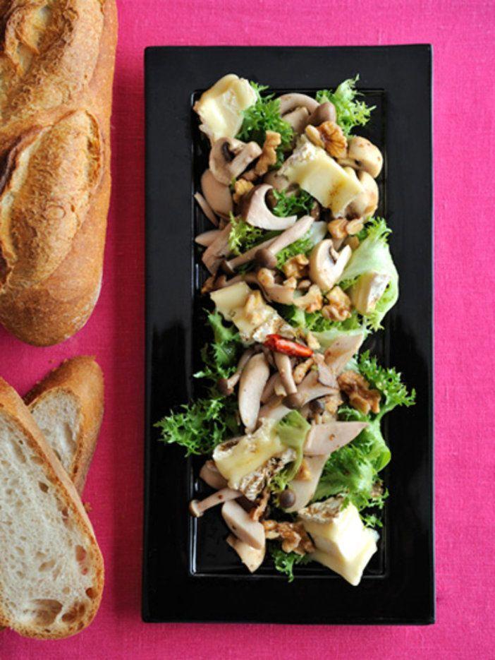 イル・ド・フランス地方の名産、チーズの王様と呼ばれる「ブリー」が主役のサラダ。とろりとしたチーズとたっぷりのきのこで、メインになるほどのボリューム!|『ELLE a table』はおしゃれで簡単なレシピが満載!