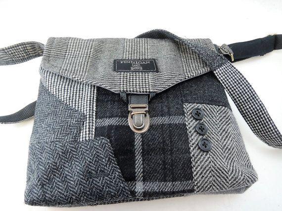 Functionele en stijlvolle, gerecycleerd pak vacht tas maakt de instructie! Ik ontwierp en maakte deze tas met behulp van gerecycled mannen pak jassen, de voorkant van de tas heeft de sectie kraag en mouwen als accenten. De achterkant van de beurs heeft de suit vest zak die kan uw cel voor gemakkelijke toegang. De tas sluit met een klep en een tabblad gerecycleerd leder met een kofferbak klink. De binnenkant heeft een knop zak. Dit is een een van een soort portemonnee zeker indruk maken…