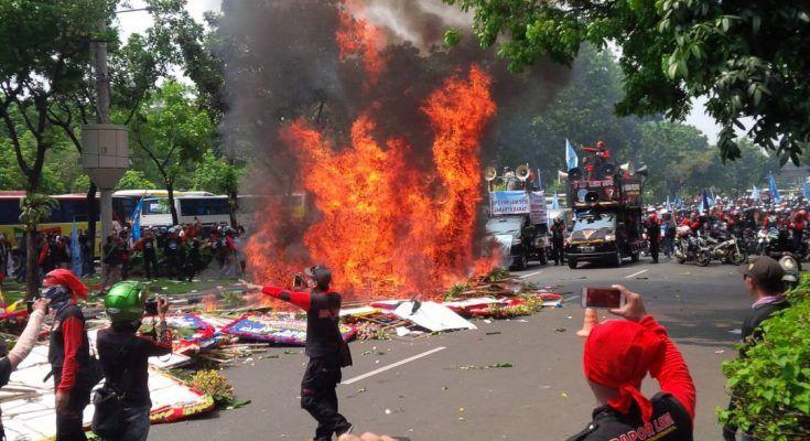 Di Jakarta Massa Buruh Bakar Karangan Bunga untuk Ahok-Djarot  JAKARTA (SALAM-ONLINE): Ribuan karangan bunga untuk Basuki Tjahaja Purnama (Ahok) dan Djarot Saiful Hidayat di Balai Kota jadi sasaran massa buruh yang menggelar aksi unjuk rasa May Day hari ini Senin (1/5/2017).  Massa membakar karangan bunga di kawasan Jalan Medan Merdeka untuk Ahok itu. Dalam video yang beredar di media sosial tampak sejumlah karangan bunga dikumpulkan lalu massa membakarnya.  Kita kini punya sejarah baru…