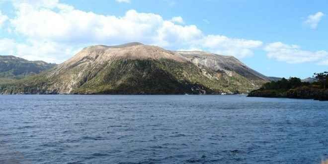 L'isola di Vulcano, la Sicilia che non ti aspetti Vulcano (Vurcanu in siciliano) è un'isola italiana appartenente all'arcipelago delle isole Eolie, in Sicilia. Gli abitanti, 715 nel 2001, vengono chiamati vulcanari. Nell'antichità venne chiamata T