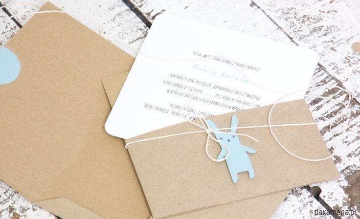 Zaproszenie , kartka ze słodkim błękitnym królikiem w stylu eko. Idealna na chrzest, urodziny, gratulacje z okazji narodzin dziecka.  W komplecie: karta z kieszonką a w niej karnet na życzenia, wiązana koperta eko  o wymiarach 14 cm x 14 cm.  Uwaga!!! można zamówić większą ilość ....