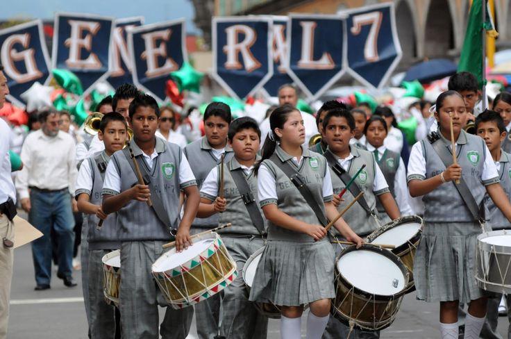 Los alumnos de la banda de guerra de la Escuela Secundaria General Número 7 participaron en el desfile y pusieron en práctica lo aprendido en sus intensos ensayos.