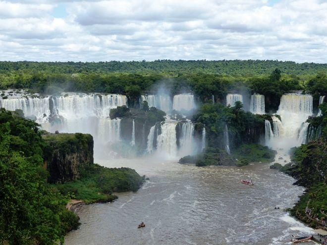 Panorama depuis le Brésil sur les chutes d'Iguazu