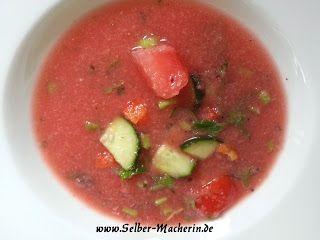 Selber-Macherin: Wassermelonen-Sellerie Gazpacho: kalte vegane Suppe für heiße Tage  Weil gerade so viele Fragen was man bei diesem heißen Wetter so essen könnte. Wie wäre es mit einer fruchtigen kalten Suppe?!? Ich finde sie sehr erfrischend.  #kochen #Rezepte #Gazpacho #
