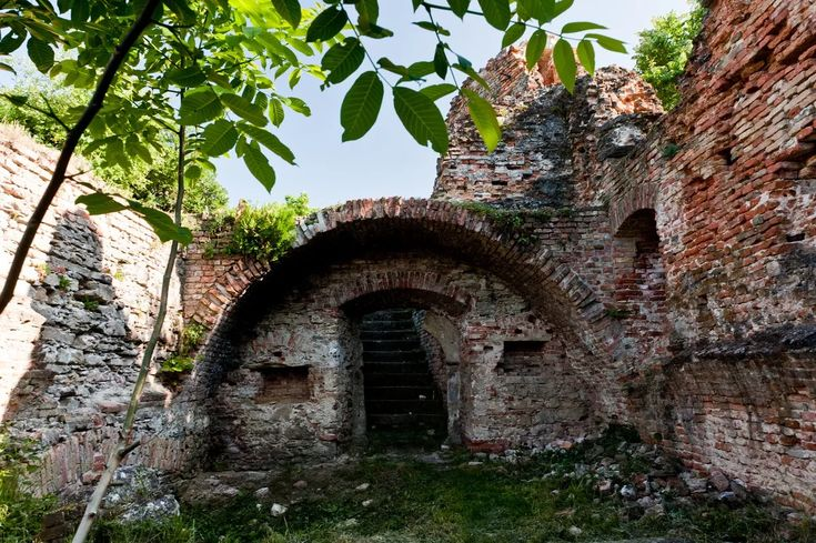 3. Fehérkő A vár romjai egy majdnem háromszáz méter magas csúcson állnak, Kereki községben, Somogy dombjai között.