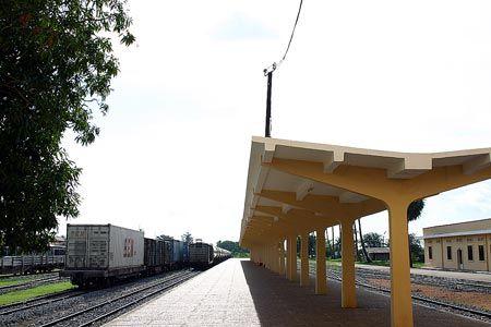 写真を撮ってはいけないかもしれないと、駅舎の日陰にいた人にカメラを見せて尋ねたら、中に入って構わないと身振り手振りで教えてくれた。コンコースを抜けホームに出れば、驚く程の静けさ。2004/9 カンボジア王立鉄道 Royal Railways of Cambodia プノンペン駅 Phnom Penh Station(カンボジア王国 Kingdom of Cambodia)© 2010 風旅記(M.M.) 風旅記以外への転載はできません...