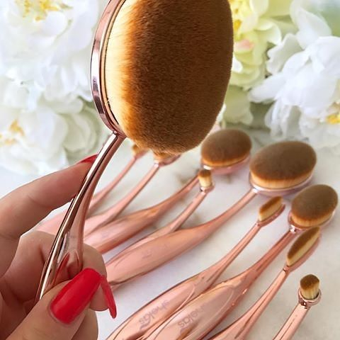 Shelas Artist Brush Collection består av 10 supermjuka, ovalformade sminkborstar som är utformade för felfri och jämn applicering av makeup 👌Spara 45% se länk i bio👆(📷: @dthaqii) #repost #borstar #shelas