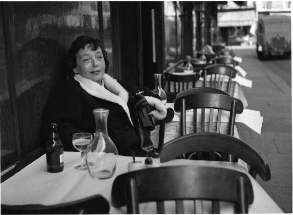 Marguerite Duras au Petit Saint Benoit, 1955  ¤ Robert Doisneau   20 september 2015    Atelier Robert Doisneau   Site officiel