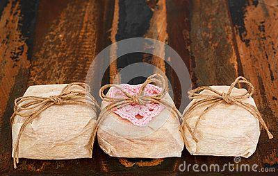 El casado brasileño del bem de tres dulces de la boda con rosa del ganchillo oye
