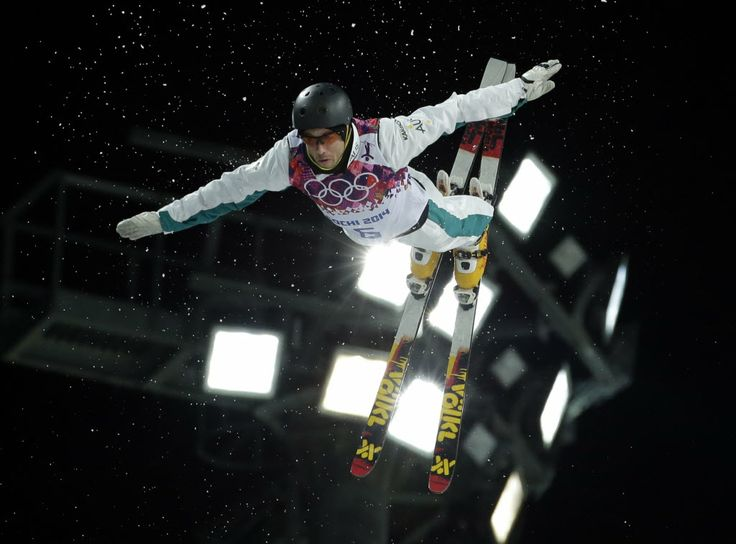 O australiano David Morris salta na final do esqui estilo livre no Extreme Park, em Rosa Khutor. Foto: Andy Wong/Associated Press