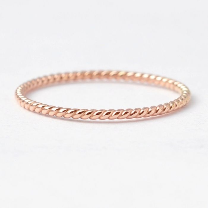 This 14K rose gold rope ring by BlueRidgeNotions via etsy. is all about minimalist elegance. #rosegoldring #weddingring #ropering