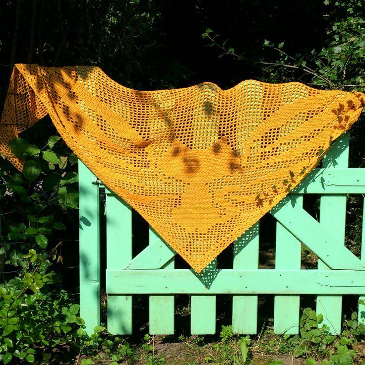 De Flyingkittyshawl van Mara Maakt is een royale driehoekige shawl. Een makkelijk patroon in de filet haaktechniek met een verbluffend mooi eindresultaat.