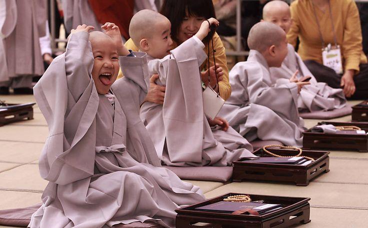 Crianças brincam após suas cabeças serem raspadas em cerimônia para o aniversário de Buda, que será comemorado no dia 17. (Foto: Ahn Young-joon/AP)