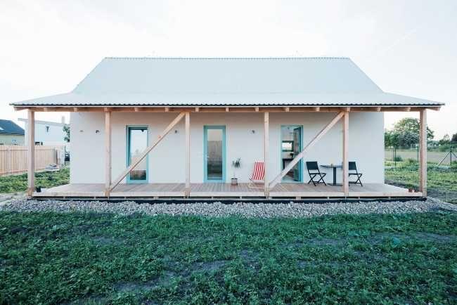 Vstupním meziprostorem do objektu je právě veranda, která se v létě stává součástí interiéru a v zimě zůstává jen plynulým přechodem zvenčí dovnitř.