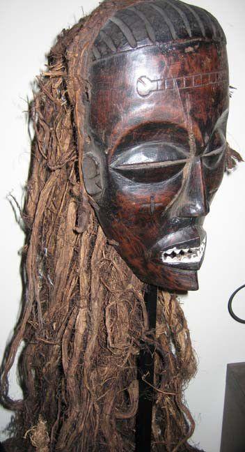 En el Congo, el brujo nganga o comedor de alma invocaba los espíritus maléficos wanga contenido en cuernos y estatuillas. El adivino tahi desempeñaba una función esencial: utilizaba unas planchas de madera o un cesto de adivinación que conteía unos sesenta objetos variados. La función del médico la asumía elmbuki, experto en la ciencia de las plantas.