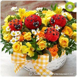 キュート!ポンポンマム(菊の花)で出来たてんとう虫のフラワーアレンジメント。Cute! Animal dolls made with chrysanthemums.
