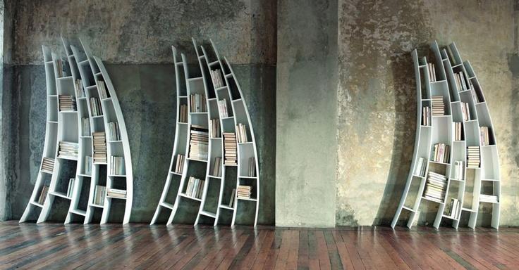 Estantes diferentes - Saba Italia  Esta estante é a Primo Quarto, da coleção do designer Giuseppe Viganò para a empresa de design Saba Itália. O nome vem do primeiro quarto da fase lunar, já que ela lembra uma lua em fase crescente. As prateleiras inclinadas dão um toque descolado para qualquer escritório.