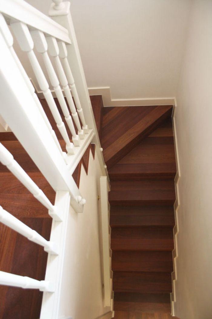 Revestimiento de escalera de fábrica con duelas macizas de madera de Cumarú