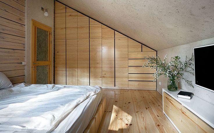 <p>Автор проекта: творческая мастерская «РЫНТОВТ –ДИЗАЙН».</p> <p>Небольшая гостевая спальня со скошенным мансардным потолком, минимумом деталей и обилием белого цвета, предназначена, скорее всего, для гостей. А стиль ее ближе к эко-минимализму, но обрусевшему минимализму.</p>