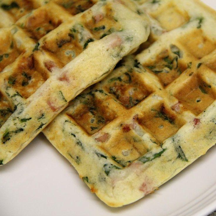 WAFFLES SALADOS de Espinaca y Pavita. Necesitas: 4 claras o 1 huevo y 2 claras. 2 fetas de pavita picada (puede reemplazarse por jamón cocido o lomito). 1/2 taza de espinaca fresca o hervida picada (puede reemplazarse por cualquier otro vegetal que prefieran). Sal, pimienta y condimentos a gusto. Una pizca de polvo de hornear. 2 cucharadas soperas al ras de salvado de avena (o la harina que uses; quinoa, arroz integral, etc). Procedimiento: Mezclar todos los ingredient...