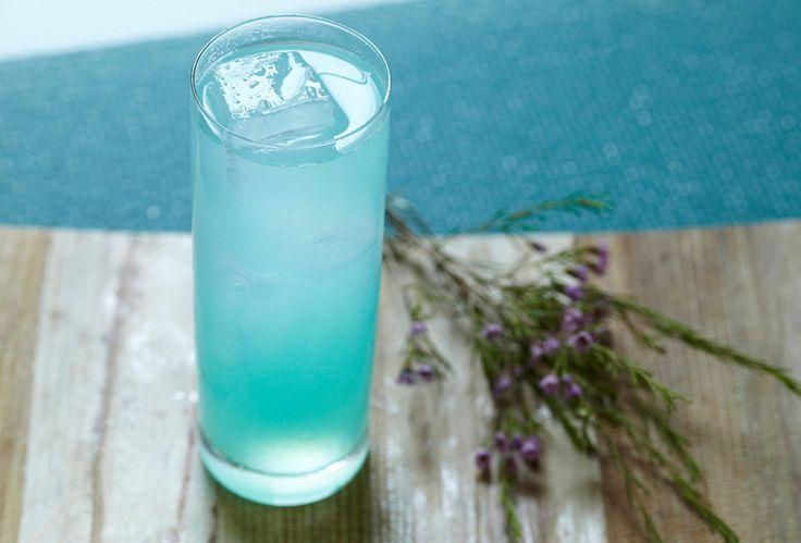 Receta del coctel Blue Lagoon: Ingredientes: Tanqueray No. Ten® Gin, Smirnoff® No. 21 Vodka, Curaçao azul y Jugo de limón.