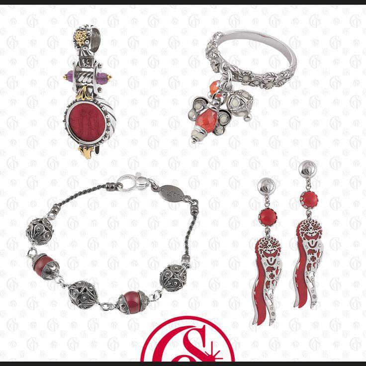 Rendi speciale il suo Natale con un gioiello sofisticato e raffinato, in una nuance elegante, decisa e attraente! #gioiello #rosso #Natale