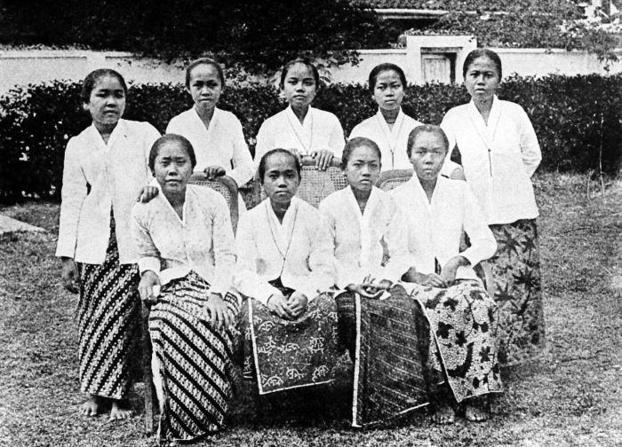 Javanese ladies with European status (as denoted by their white kebaya).