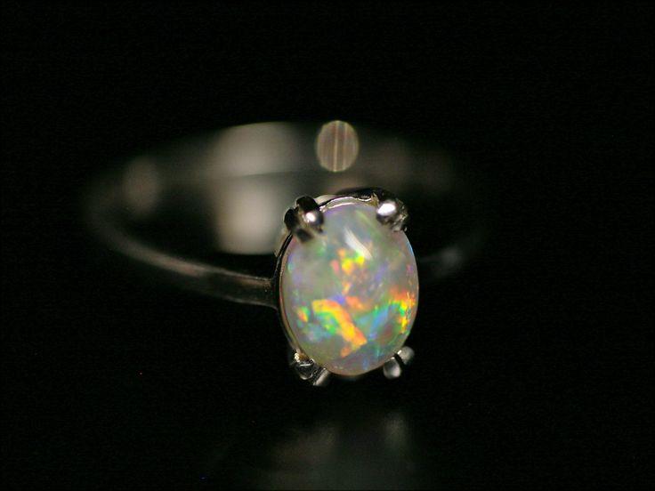 Un bellissimo opale, il resto passa inosservato australian natural dark opal silver ring minerals gems jewellery