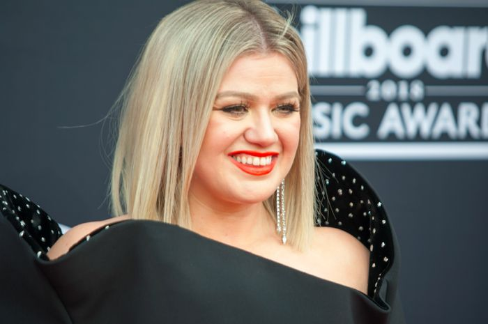 Kelly Clarkson Opens Up About The Diet That Helped Her Lose 37 Pounds & Heal Her Thyroid