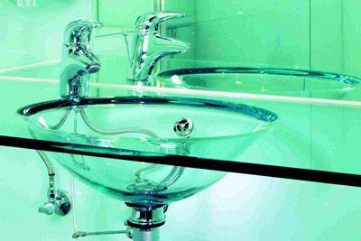Zwischen Glaswaschbecken, Glasfliesen und Glasheizung ... bis zum Ganzglasbadezimmer