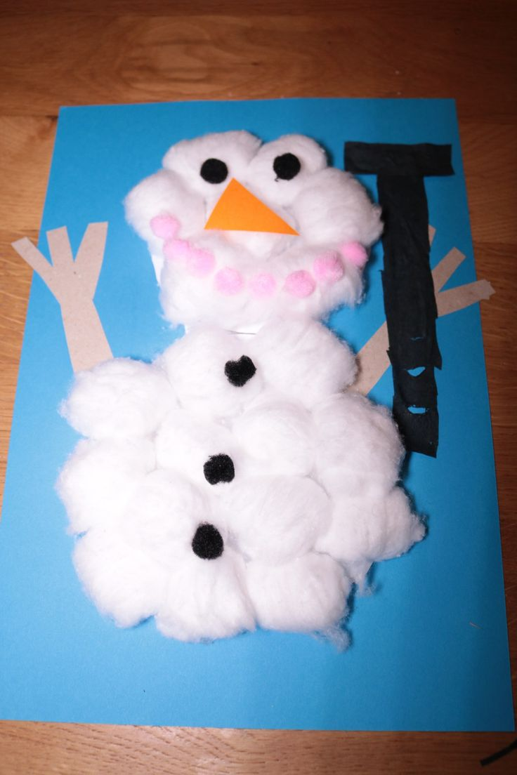 Sneeuwpop knutselen met wattenbollen.