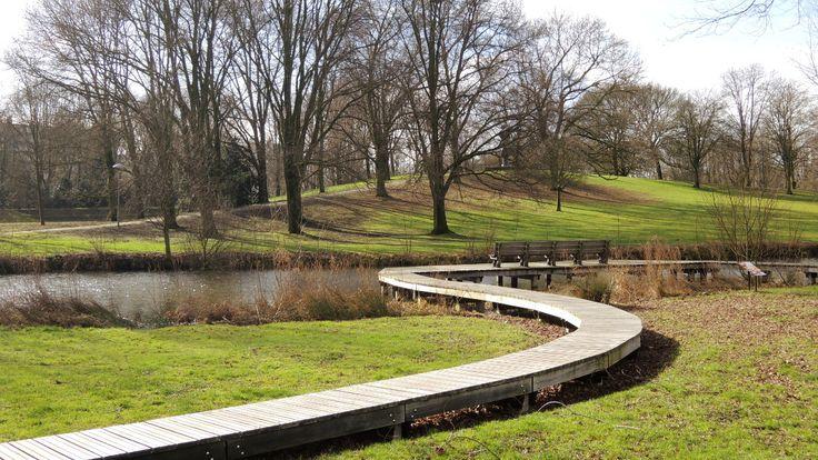 De vijver en 'de Bult' van Park de Gagel, op een zonnige februari-dag.