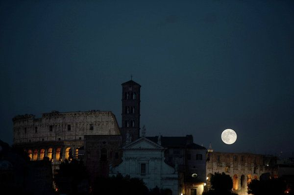 The super moon above the Coliseum, Rome, Italy, June 23, 2013.: Colosseo Roma, Rome Italy, Super Moon, Superluna Del, Monteforte Afp Getty Image, June 23, The Superluna, Italy Supermoon Features, Sunday