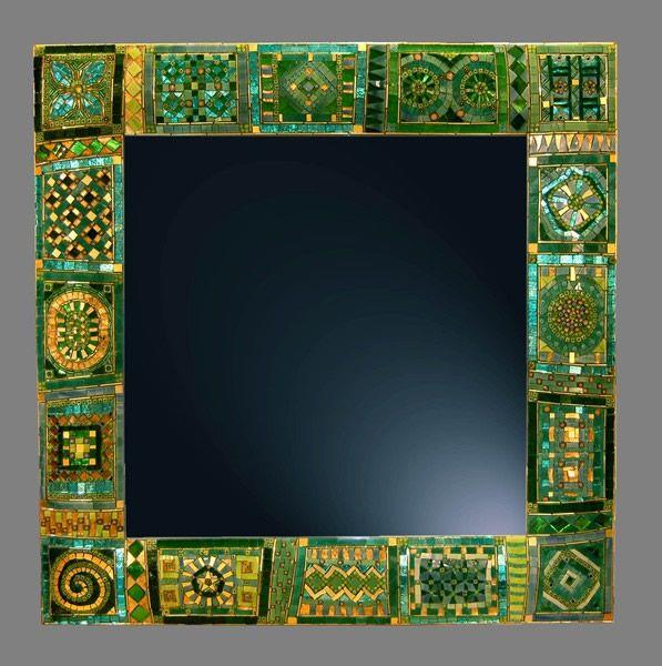 Specchio verde: Realizzato in vetri artistici, vetri specchiati, murrine, oro e perle di vetro su base di legno bombata Dimensione 50x50 cm bordo 8,5 cm. Ache su misura