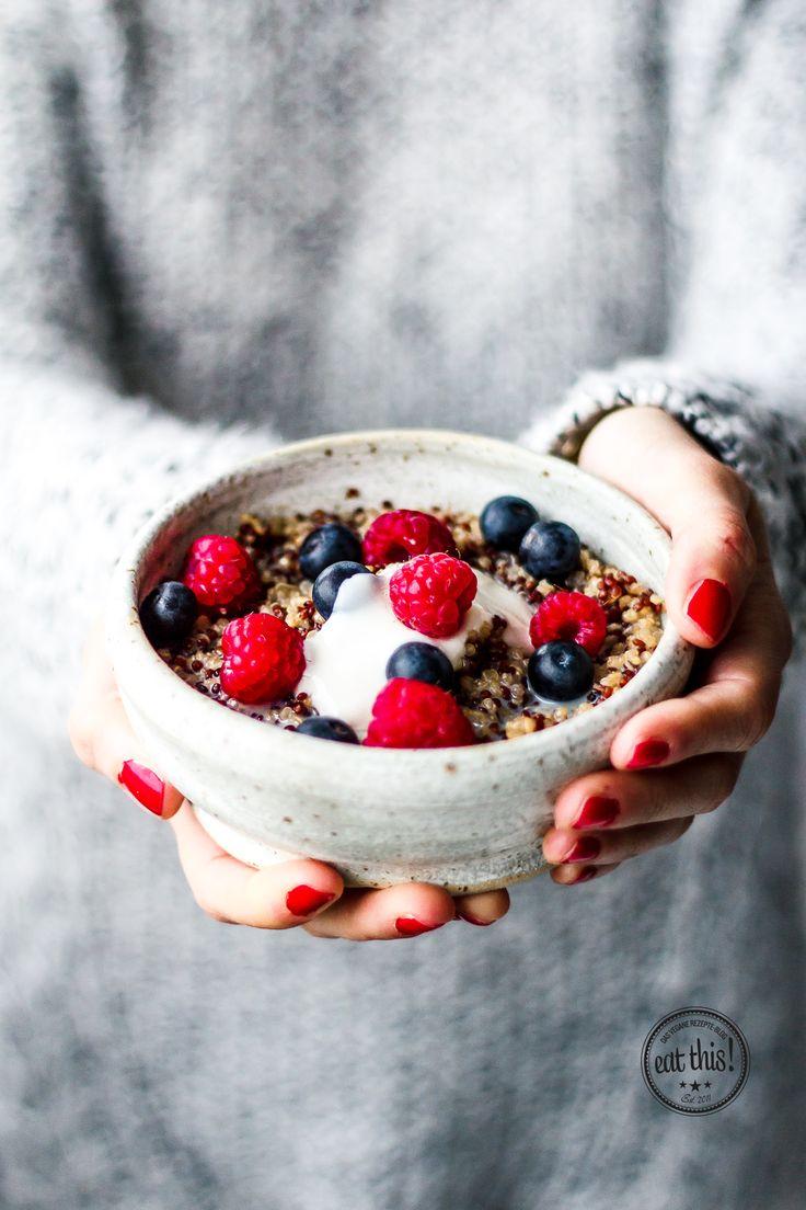 Quinoa-Porridge (für 2): 100 g Quinoa 200 ml Mandelmilch 200 ml Wasser 1 TL Zimt 1 TL Ahornsirup 2 EL Himbeeren (frisch oder tiefgekühlt) 2 EL Blaubeeren 2 EL Sojajoghurt