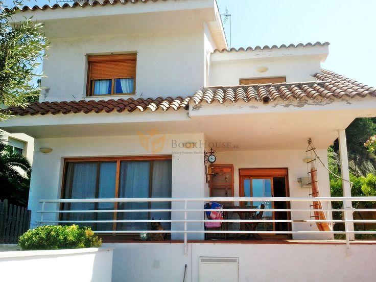 Casa a 4 vientos de 350 m² en dos plantas más buhardilla, sobre una parcela de 650 m². Orientada al sur, en zona privilegiada y tranquila en Arenys de Munt en zona urbana.