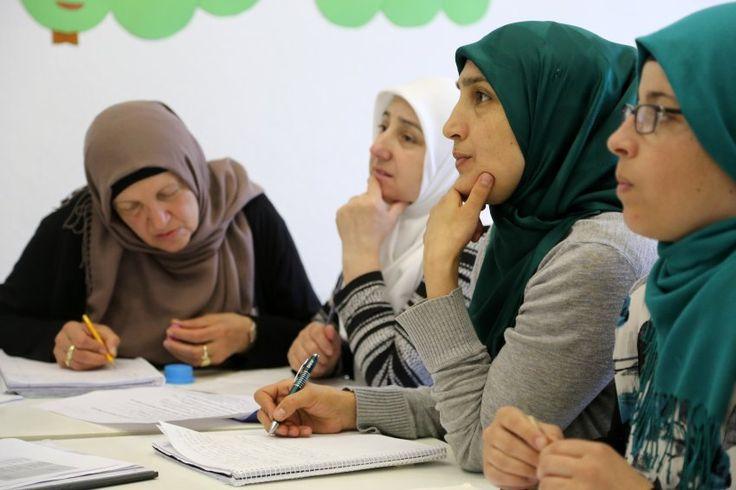 Moscheen in Deutschland haben häufig keinen guten Ruf, dabei sind sie ein wichtiger Ort für Bildung. So lernen Hausfrauen, die seit vielen Jahren hier leben, in den Gotteshäusern endlich Deutsch.