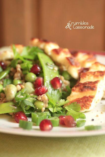 Salade printanière de boulgour toasté et halloumi grillé - Salad with bulgur, broad bean, pomegranate and grilled halloumi cheese