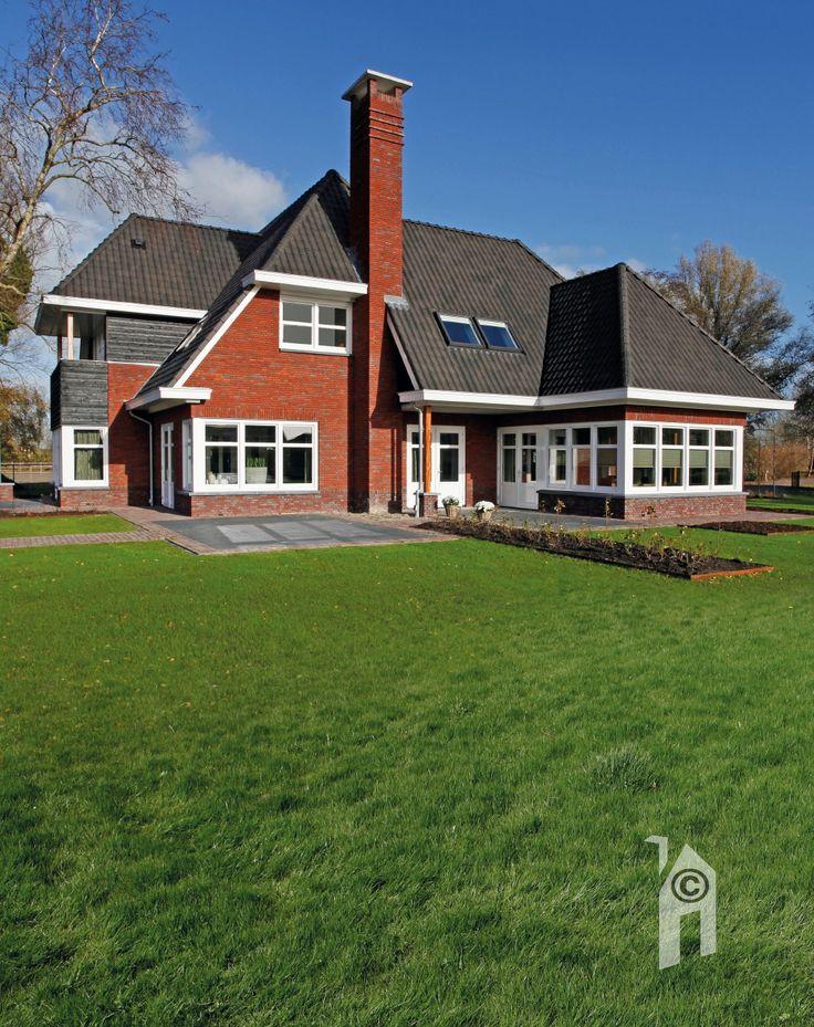 Tuin en bestrating in harmonie met de architectuur van het Jaren-dertig villa.