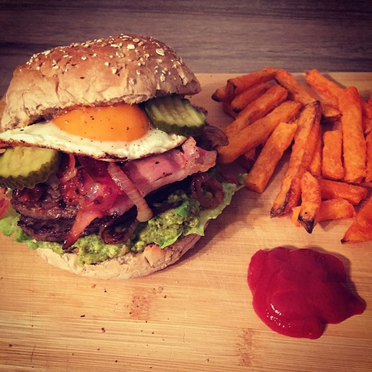 Home made clean burger! Spelt bun with homemade guacamole and ovenbaked sweet patotoe fries