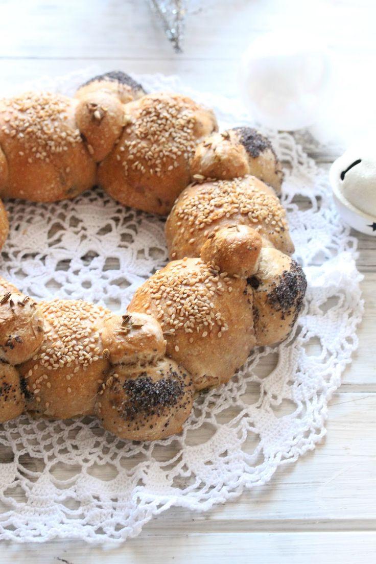 La ghirlanda di pane alle olive e noci  è un pane buonissimo a forma di cerchio, sono dei mini panini arricchiti con noci e ...